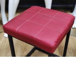Стульчик-банкетка в лофт-стиле (красный верх с прошивкой)
